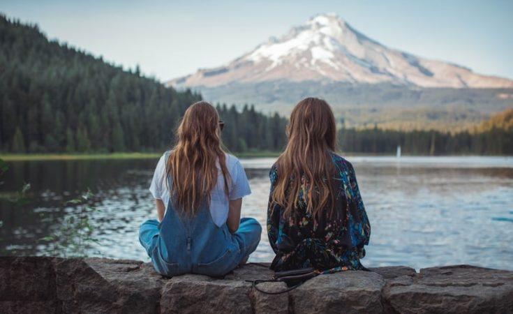 Dua perempuan.